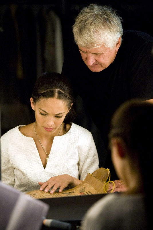 Una foto del regista Andrzej Bartkowiak assieme all'attrice Kristin Kreuk sul set del film Street Fighter: The Legend of Chun-Li