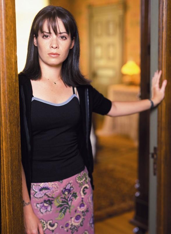 Una foto promo di Holly Marie Combs per la stagione 1 di Charmed