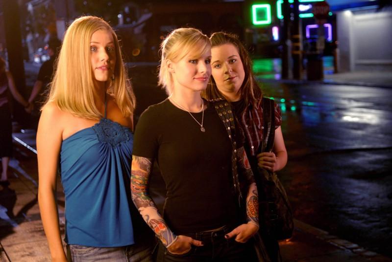 Julie Gonzalo, Kristen Bell e Tina Majorino in una scena dell'episodio 'Il comitato di benvenuto' di Veronica Mars