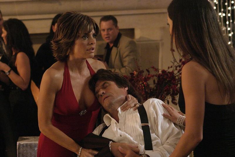 Aaron Echolls (Harry Hamlin) con la moglie Lynn Echolls (Lisa Rinna) e M.H.Greenblatt (Emmanuelle Vaugier) nell'episodio 'Il figlio del maggiordomo' di 'Veronica Mars'