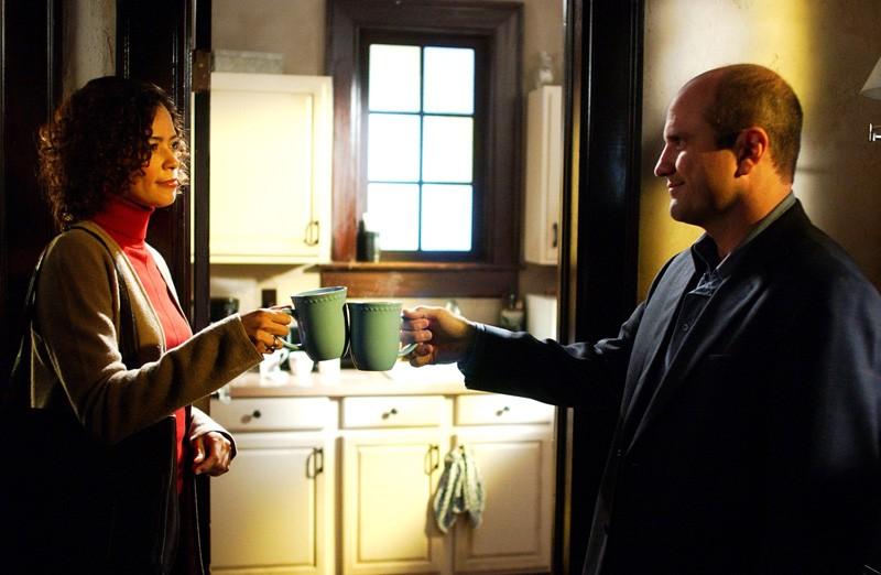 Alicia Fennel (Erica Gimpel) brinda con una tazza di caffè con Keith Mars (Enrico Colantoni) nell'episodio 'Come una vergine' di 'Veronica Mars'