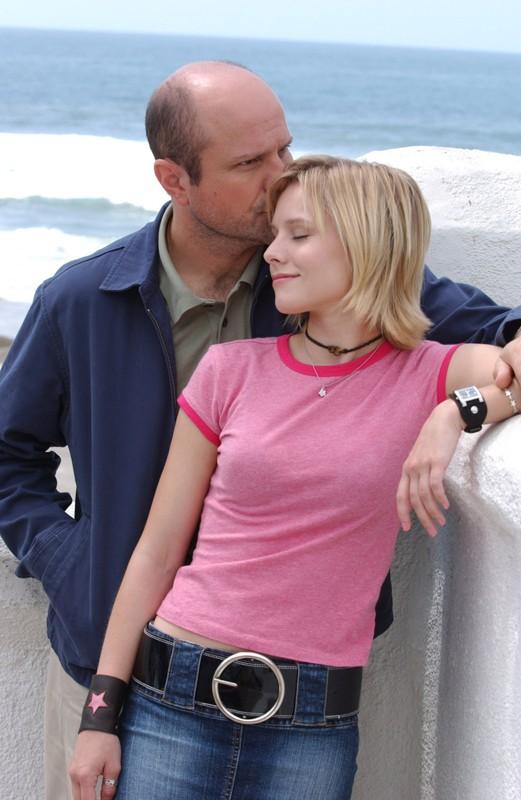 Enrico Colantoni bacia sulla testa Kristen Bell in una foto promo per la stagione 1 della serie tv 'Veronica Mars'
