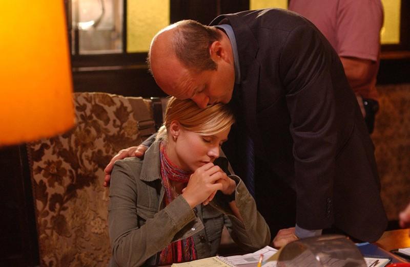 Keith Mars (Enrico Colantoni), con la figlia Veronica (Kristen Bell) nell'episodio 'Il segreto di Troy' della serie tv 'Veronica Mars'