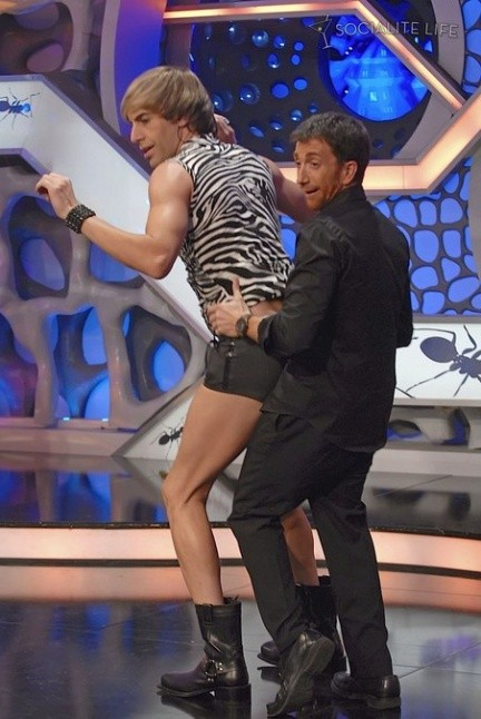 Sacha Baron Cohen presenta il suo alter ego Bruno alla tv spagnola e tenta un approccio con il conduttore.