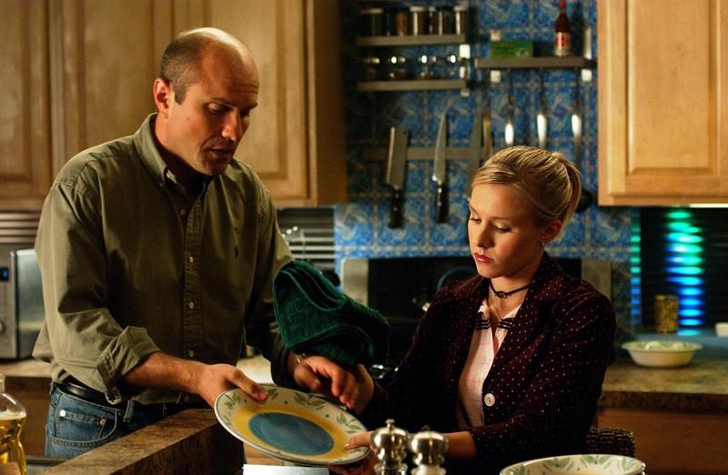 Veronica (Kristen Bell) lava i piatti con il padre (Enrico Colantoni) nell'episodio 'Come una vergine' di 'Veronica Mars'
