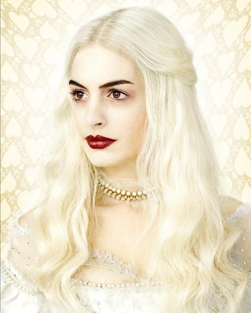 Anne Hathaway è la White Queen in Alice in Wonderland di Tim Burton