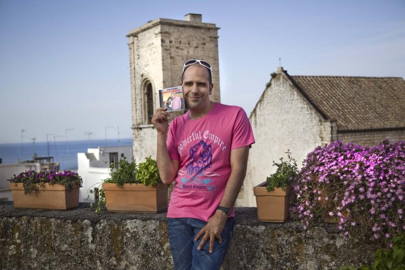 Checco Zalone (Luca Medici) e il suo CD 'Immensemente Angela' in Cado dalle nubi
