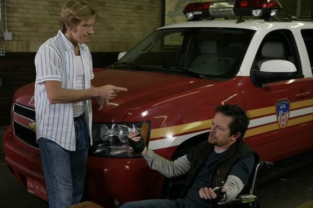 Denis Leary e Michael J. Fox in una scena dell'episodio Baptism di Rescue Me