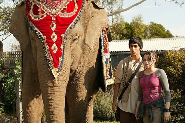 Emily Robins e Miles Szanto in un momento della serie The Elephant Princess