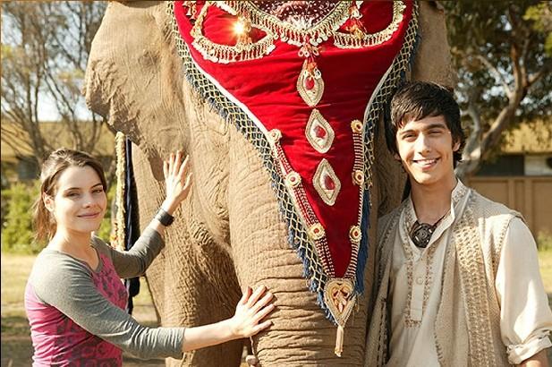 Emily Robins e Miles Szanto in una scena della serie The Elephant Princess