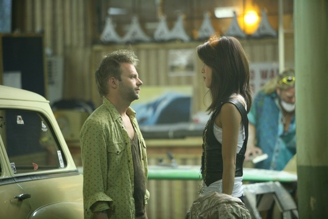 Esteban Powell e Grace Park in una scena di The Cleaner