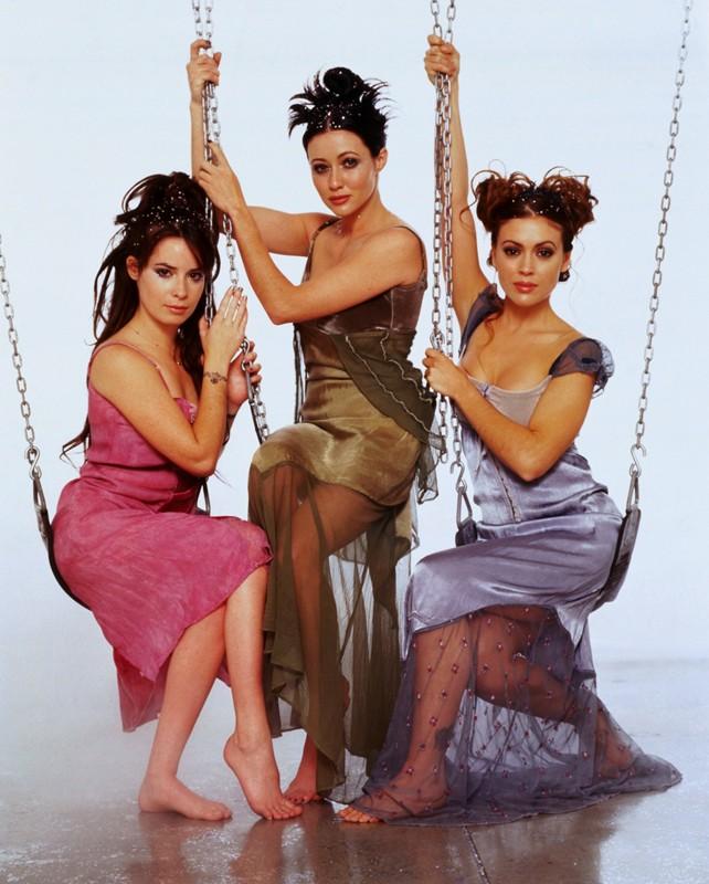Le sorelle Halliwell: Prue (Shannen Doherty), Phoebe (Alyssa Milano) e Piper (Holly Marie Combs) per il telefilm 'Streghe'