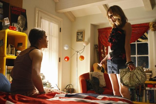 Meaghan Jette Martin e Lindsey Shaw in una scena del pilot di 10 Things I Hate About You