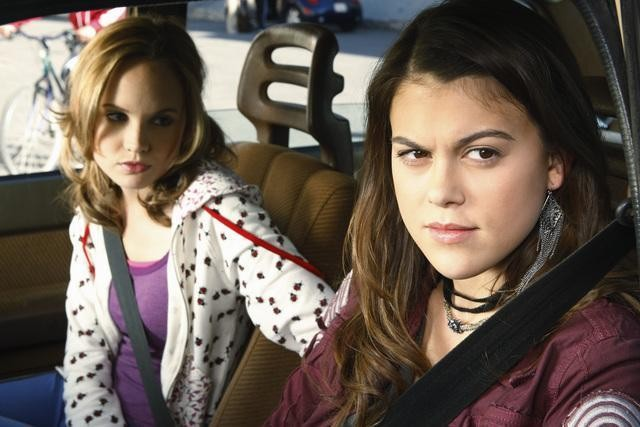 Meaghan Jette Martin e Lindsey Shaw nel pilot di 10 Things I Hate About You