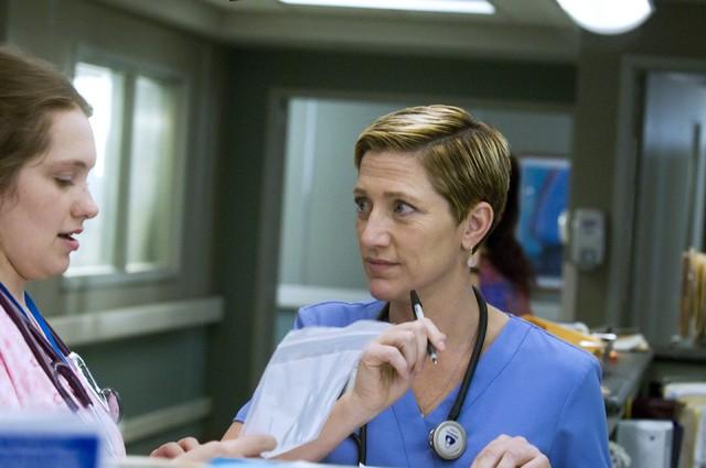 Merritt Wever ed Edie Falco in una scena dell'episodio Daffodil di Nurse Jackie