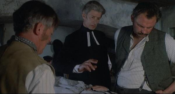 Michael Gwynn con Michael Ripper in una scena del film Il marchio di Dracula