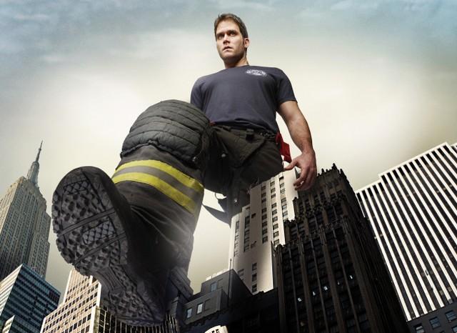 Steven Pasquale in una foto promozionale della stagione 5 di Rescue Me