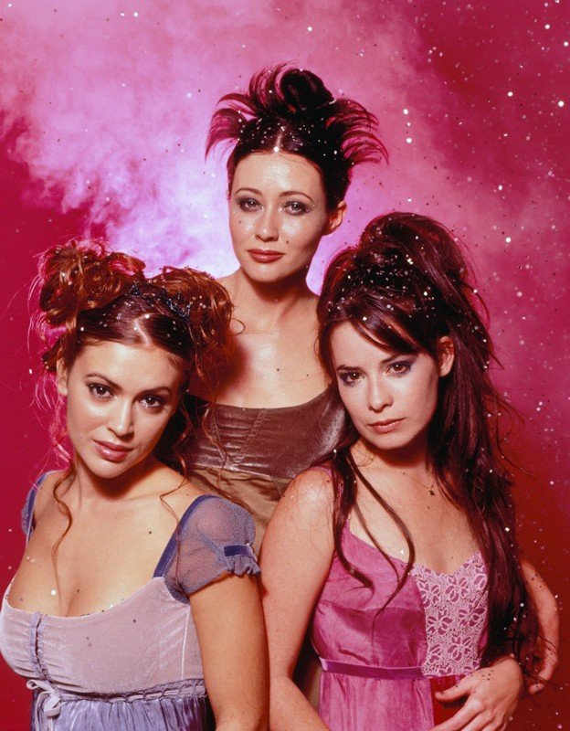 Una foto di gruppo di Holly Marie Combs, Shannen Doherty e Alyssa Milano per il telefilm Charmed