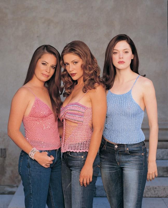Una foto di Holly Marie Combs, Alyssa Milano e Rose McGowan per la stagione 4 della serie Streghe