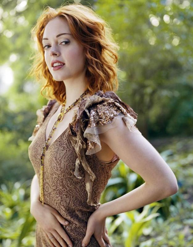 Una foto promo di Rose McGowan in una foresta per la serie Streghe