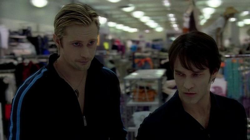 Alexander Skarsgård e Stephen Moyer in una scena dell'episodio 'Keep This Party Going' della seconda stagione della serie tv True Blood