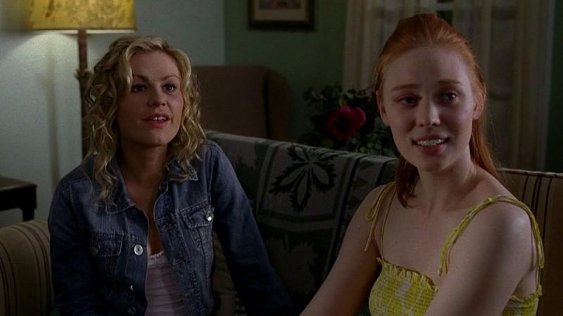 Anna Paquin e Deborah Ann Woll in un'immagine dell'episodio 'Keep This Party Going' della seconda stagione di True Blood
