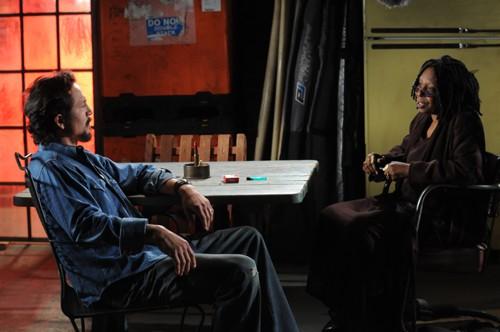 Benjamin Bratt e Whoopi Goldberg in una scena della premiere della seconda stagione di The Cleaner