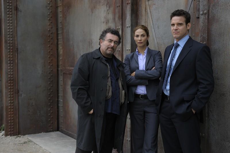 Eddie McClintock, Joanne Kelly ed Saul Rubinek in una foto promozionale della serie Warehouse 13