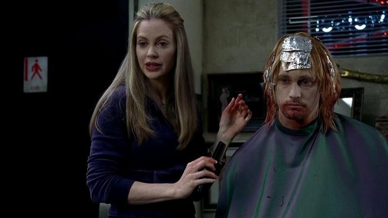 Kristin Bauer e Alexander Skarsgård in un'immagine dell'episodio 'Keep This Party Going' della seconda stagione di True Blood