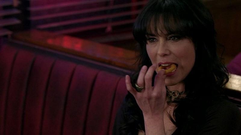 Michelle Forbes mangia un anello di cipolla in una scena dell'episodio 'Keep This Party Going' della seconda stagione di True Blood