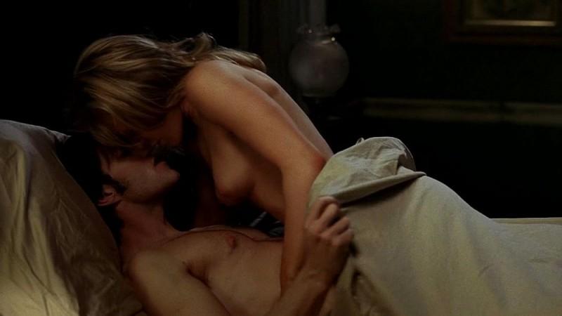 Stephen Moyer e Anna Paquin nudi a letto in una scena dell'episodio 'Keep This Party Going' della seconda stagione di True Blood