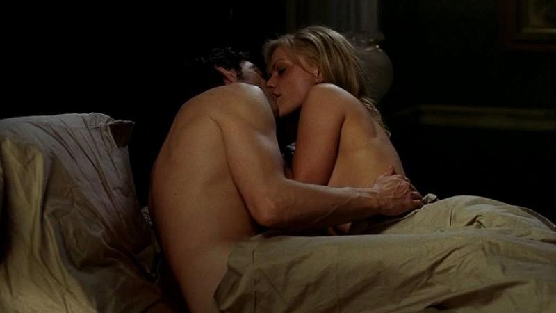 Stephen Moyer e Anna Paquin si baciano in una scena dell'episodio 'Keep This Party Going' della seconda stagione di True Blood