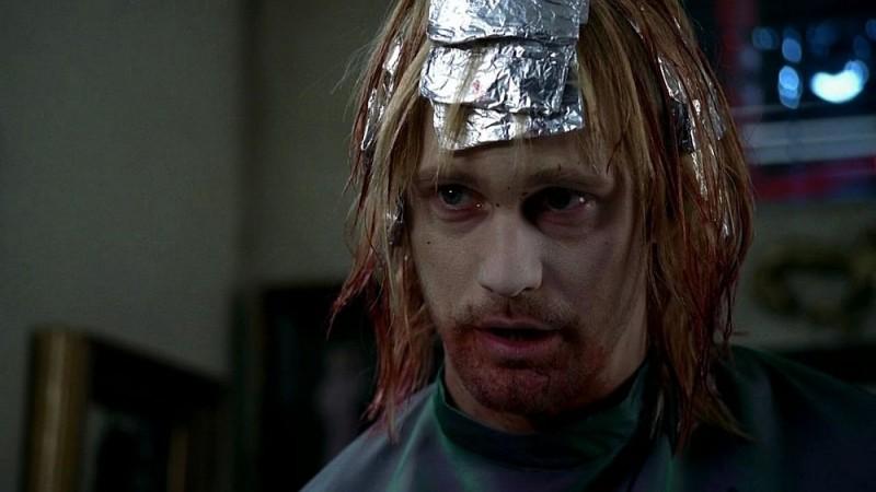 Un primo piano di Alexander Skarsgård in una scena dell'episodio 'Keep This Party Going' della seconda stagione di True Blood