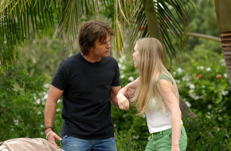 Aaron Echolls (Harry Hamlin) litiga con Lilly Kane (Amanda Seyfried) nell'episodio 'La confessione' della serie Veronica Mars