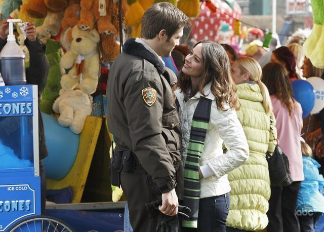Amy Acker e Geoff Stults in una scena del pilot di Happy Town