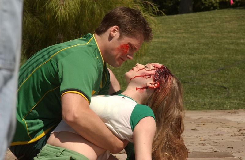Duncan (Teddy Dunn) sorregge il corpo della sorella Lilly (Amanda Seyfried) morente nell'episodio 'La confessione' della serie Veronica Mars