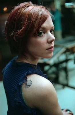 Emily Bergl in una scena della serie Taken