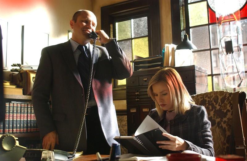 Enrico Colantoni e Kristen Bell nello studio dei Mars nell'episodio 'Il signore dell'anello' di 'Veronica Mars'