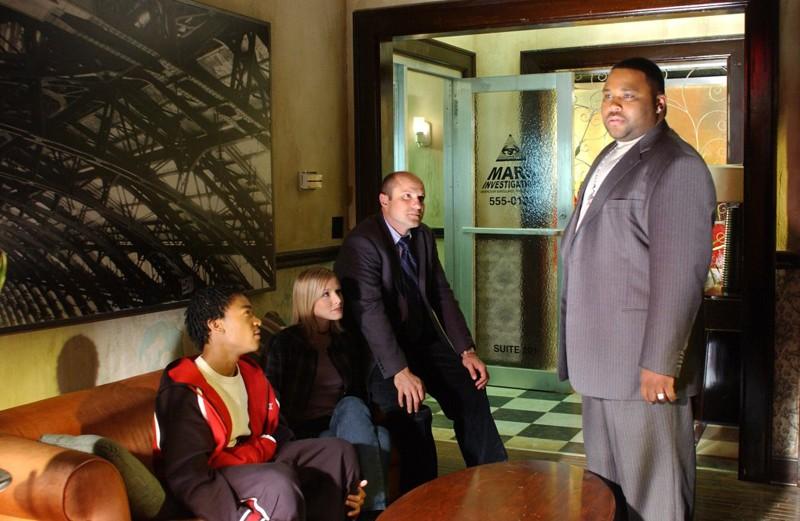 Enrico Colantoni, Kristen Bell, Percy Daggs III e Anthony Anderson nello studio dei Mars nell'episodio 'Il signore dell'anello' di 'Veronica Mars'