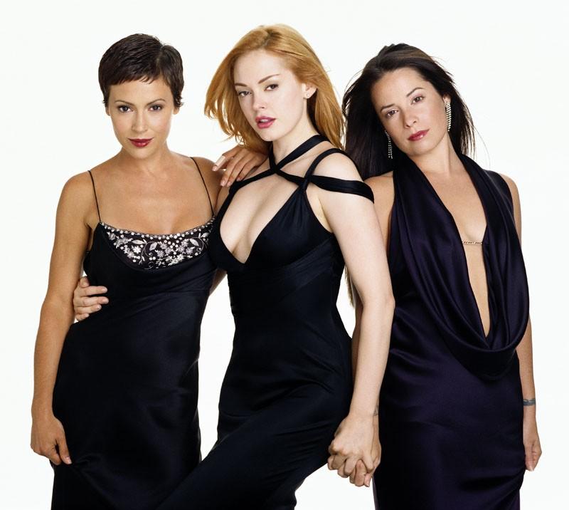 Il cast principale della stagione 6 del telefilm Streghe, con le sorelle Halliwell