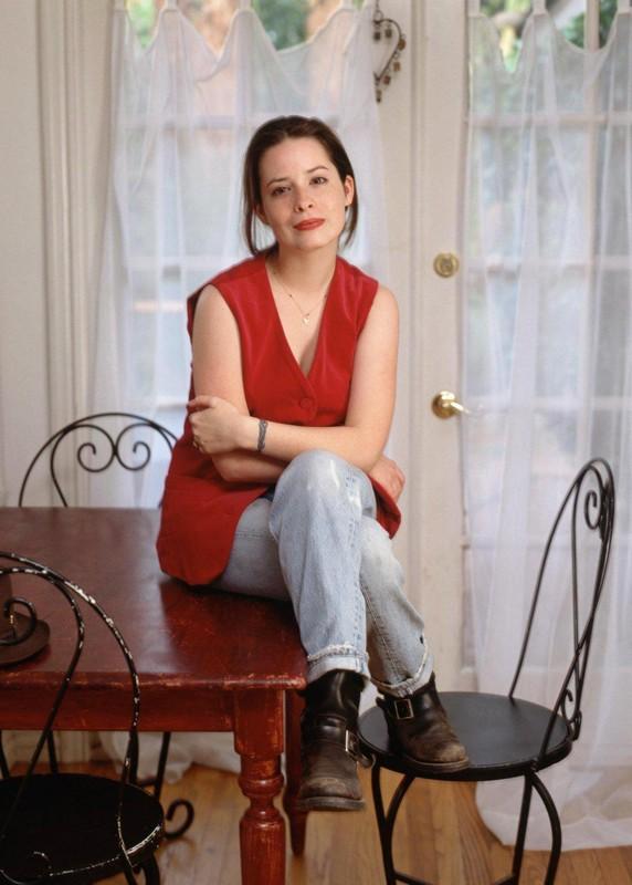 Una foto di Piper (Holly Marie Combs) in casa Halliwell, per la stagione 6 di 'Streghe'
