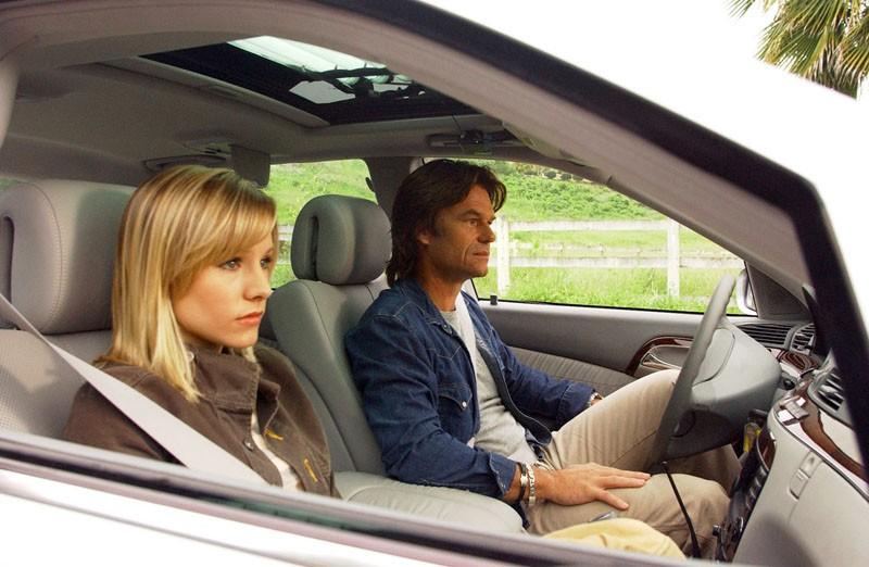 Veronica (Kristen Bell) in macchina con Aaron Echolls (Harry Hamlin) nell'episodio 'Padre innamorato' della serie Veronica Mars