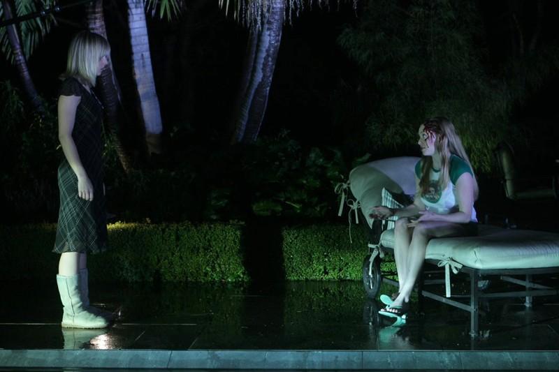 Veronica (Kristen Bell) incontra Lilly Kane (Amanda Seyfried) in un sogno nell'episodio 'Il mistero dei Kane' di Veronica Mars