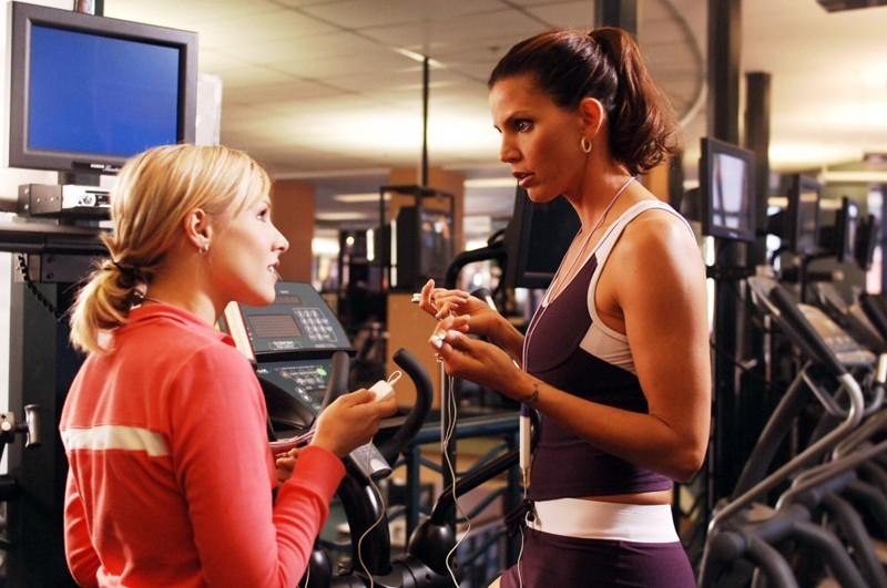 Kendall (Charisma Carpenter) con Veronica (Kristen Bell) in una scena dell'episodio 'Tradimenti' di Veronica Mars