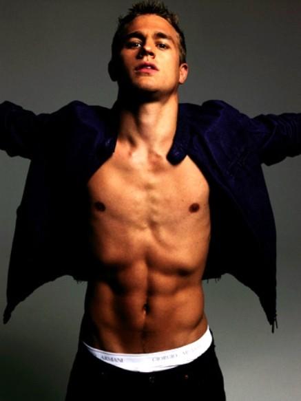 Liam Hemsworth a torso nudo