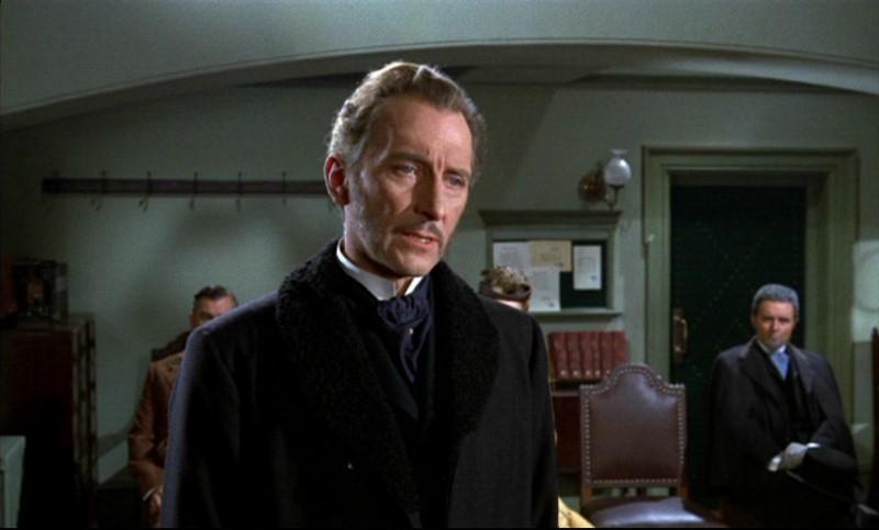 Peter Cushing è il Dottor Namaroff nel film Lo sguardo che uccide