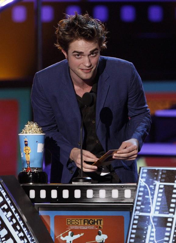 Robert Pattinson durante la premiazione per 'Miglior combattimento' nel film Twilight, agli MTV Movie Awards 2009