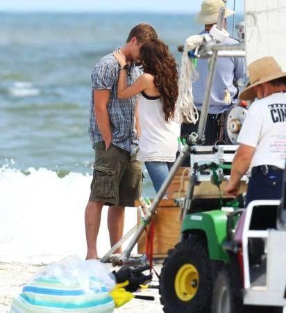 Un bacio per Miley Cyrus e Liam Hemsworth sul set del film The Last Song