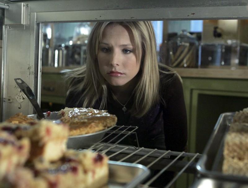 Un primo piano di Kristen Bell (Veronica Mars) in una scena dell'episodio 'L'autista' di Veronica Mars