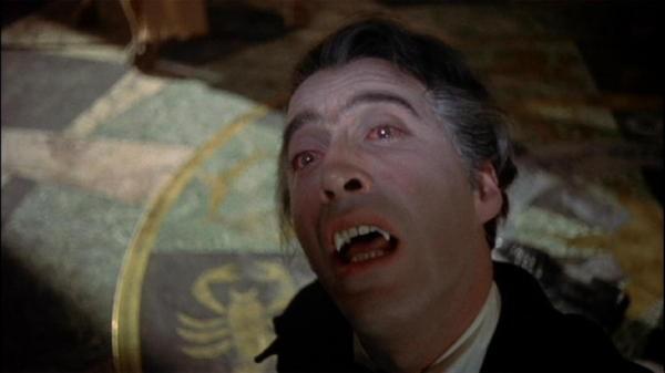 Christopher Lee in una scena dell\'horror Dracula il vampiro